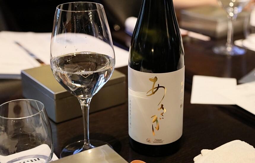 瓶とワイングラス